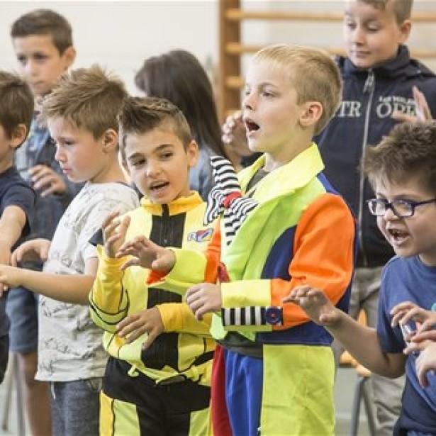 Afbeelding Singing all together... zingen in de klas